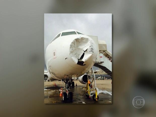 Avião sofreu danos após tempestade de granizo (Foto: Reprodução/TV Globo)