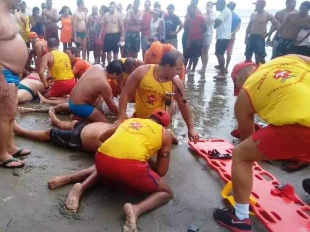 Trabalho de resgate das vítimas foi iniciado ainda na faixa de areia (Foto: Divulgação/Polícia Militar)
